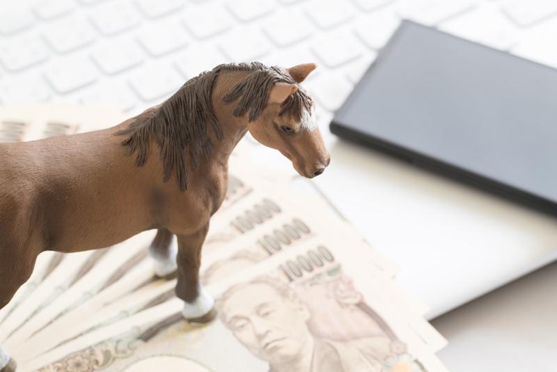 お金と馬のフィギュア